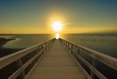 Een gang naar het overzees in een zonsondergang stock afbeelding