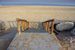 Een gang onderaan de stappen aan het strand en het overzees stock foto's