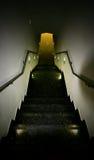 Een gang onderaan een steil trappenhuis Royalty-vrije Stock Afbeeldingen