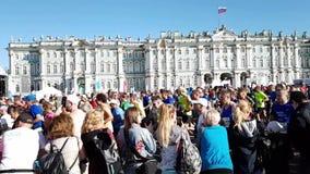 Een gang van mensen-toeschouwers die atleten en Amateurs tijdens de marathon van St. Petersburg kwamen steunen Agentenlooppas stock videobeelden