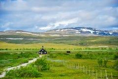 Een geïsoleerd die huis door mooi landschap van aard in Noorwegen wordt omringd royalty-vrije stock foto