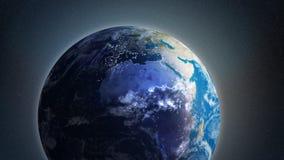 Een geanimeerde klem van een roterende Aarde stock video