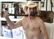 Een Gebaarde Cowboy Puttering in Zijn Hulpmiddelloods Royalty-vrije Stock Afbeelding