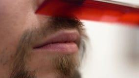 Een gebaarde hipster kamt een snor met een kam royalty-vrije stock fotografie