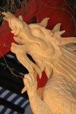 Een gebeeldhouwde draak verfraait een pijler in een boeddhistische tempel in Hoi An (Vietnam) Royalty-vrije Stock Fotografie