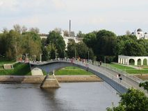 Een gebochelde voetbrug leidt van het Kremlin tot de handelskant stock foto