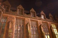 Een gebouw bij nacht Stock Afbeelding