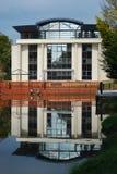 Een gebouw en een water Stock Foto