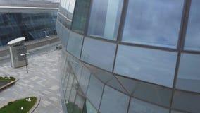 Een gebouw met brede glasvensters die op de hemel wijzen stock video