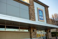 Een gebouw voor de kruidenierswinkelopslag Aldi stock afbeeldingen