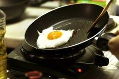 Een gebraden ei in een vliegende pan royalty-vrije stock afbeelding