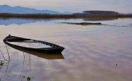 Een gebroken boot op een stil meer Royalty-vrije Stock Fotografie