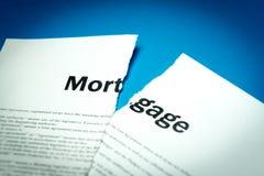 Een gebroken hypotheekcontract Foto van het document stock afbeelding