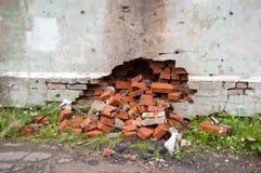 Een gebroken muur waarvan de bakstenen uitvielen Stock Fotografie
