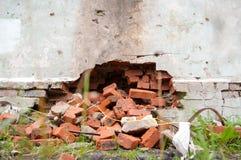 Een gebroken muur waarvan de bakstenen uitvielen Sluit omhoog Royalty-vrije Stock Foto's