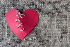Een gebroken rood hart Genaaide draad Het concept scheiding, separat stock afbeeldingen
