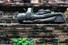 Een gebroken standbeeld van Boedha. Stock Fotografie
