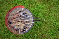 Een gebruikt barbecuehoogtepunt van regenwater op een kampeerterrein Stock Afbeelding