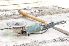 Een gebruikte cirkelzaag op concrete vloer Royalty-vrije Stock Foto's