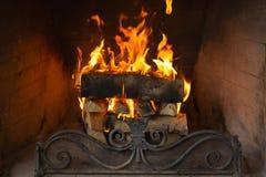 Een gebrulbrand binnen een grote steen overspande open haard royalty-vrije stock fotografie