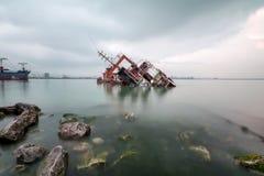 Een gedaald wrak die in het overzees roesten royalty-vrije stock fotografie