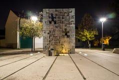 Een gedenkteken aan kinderen gedood in de Geboortelandoorlog in Kroatië, onderbroken kinderjarenmonument, Slavonski Brod, Kroatië stock afbeelding