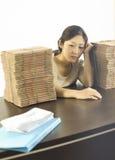 Een gedeprimeerd juffrouwpersoneel in bureau Stock Fotografie