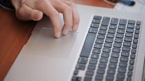 Een gediplomeerde student gebruikt een wetenschappelijk gegevensbestand voor compilatie van onderzoekswerk, gebruikend notitieboe stock footage