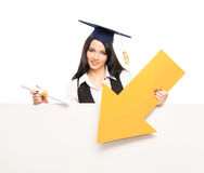 Een gediplomeerde student met een gele pijl Royalty-vrije Stock Fotografie