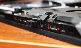 Een geek maakt een laptop koeler schoon Vervuild computer koelsysteem stock foto