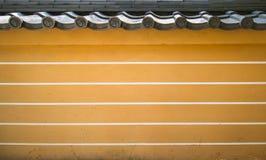 Een geel-bruine bakstenen muur van een Aziatisch historisch paleis Royalty-vrije Stock Fotografie