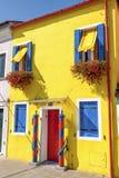 Een geel huis in Burano Stock Foto