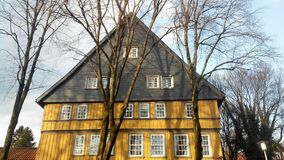 Een geel huis met een zwart dak in Clausthal Zellerfeld Royalty-vrije Stock Fotografie