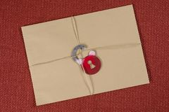 Een geheime envelop, een pakket bond met een kabel, met symbolisch slot Open het slot royalty-vrije stock foto
