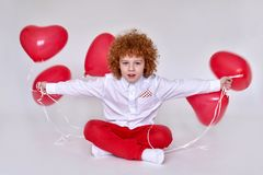 Een gekke jongen met harten stock fotografie