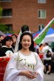 Een Gekostumeerde vrouw bij Hoeden van dagparade Burnaby BC Canada 3 Juni 2017 stock foto