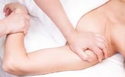 Een gekwalificeerde therapeut die een massage van het drukpunt doen Royalty-vrije Stock Afbeeldingen