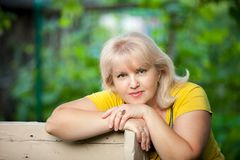 Een gekweekte vrouw op een groene achtergrond stock foto