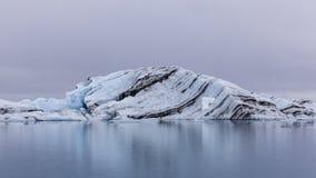Een Gelaagd Meer van Ijsbergjokulsarlon, Zuidelijk IJsland stock foto