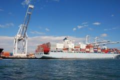Een geladen vrachtschip in haven Stock Afbeeldingen