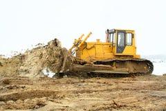 Een gele bulldozer die in de winter werkt Royalty-vrije Stock Foto