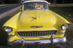 Een gele 1956 Chevrolet voor verkoop in Maine Stock Afbeeldingen