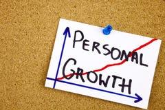 Een gele kleverige nota die, titel, de inschrijvings persoonlijke groei - handschrift in een zwarte inkt op cork berichtraad schr stock foto's