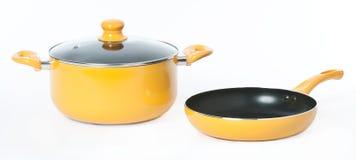 Een gele pot en een pan op naadloze witte achtergrond Royalty-vrije Stock Afbeeldingen