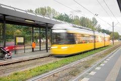 Een gele tram in motie stock foto