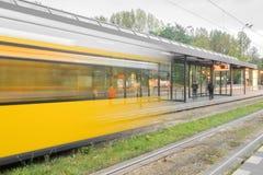 Een gele tram in motie royalty-vrije stock afbeeldingen