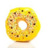 Een gele verglaasde doughnut Stock Afbeeldingen