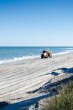 Een Gele Vrachtwagen die met Zand wordt geladen Royalty-vrije Stock Foto