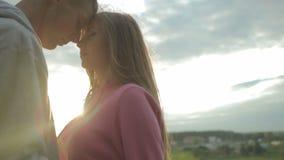 Een gelukkig jong paar dat op het punt staat te kussen stock videobeelden