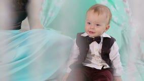 Een gelukkig jongetje spelen met zijn moeder in de kinderkamer Sluiten stock video